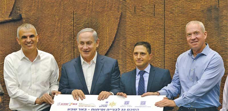 גלנט נתניהו וכחלון חותמים על הסכם גג / צילום: חיים צח לעמ
