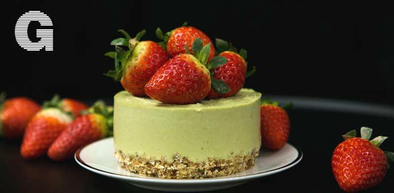 עוגת גבינה-מאצ'ה עם עם תותים / צילום: שאטרסטוק