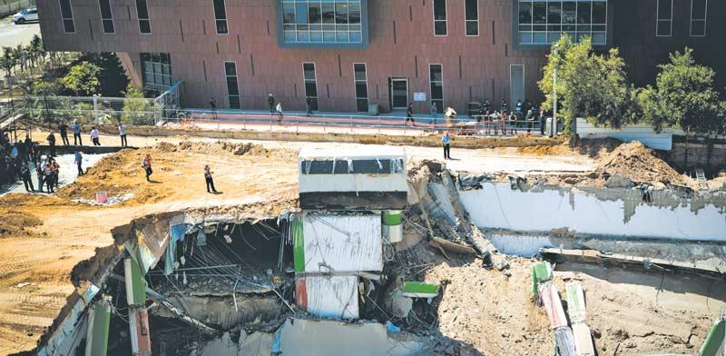 קריסת החניון ברחוב הברזל / צילום: שלומי יוסף