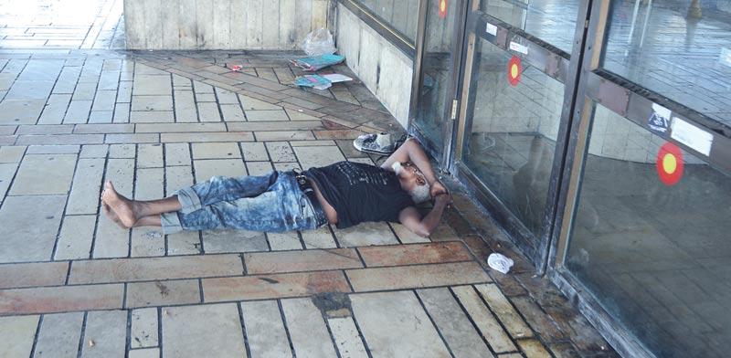 חסר בית בתחנה המרכזית / צילום: איל יצהר