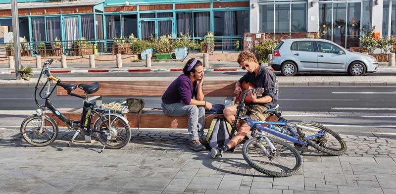 בני נוער עם גיטרה/ צילום:  Shutterstock/ א.ס.א.פ קרייטיב