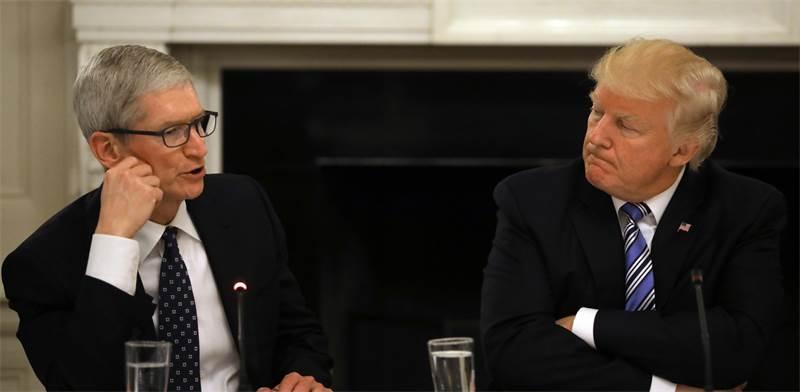 "נשיא ארה""ב דונלד טראמפ ומנכ""ל אפל טים קוק / צילום: רויטרס"