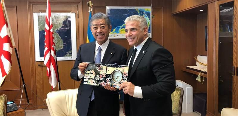 """ח""""כ יאיר לפיד ושר הביטחון של יפן, טקשי אוויאה / צילום: תמונה פרטית"""