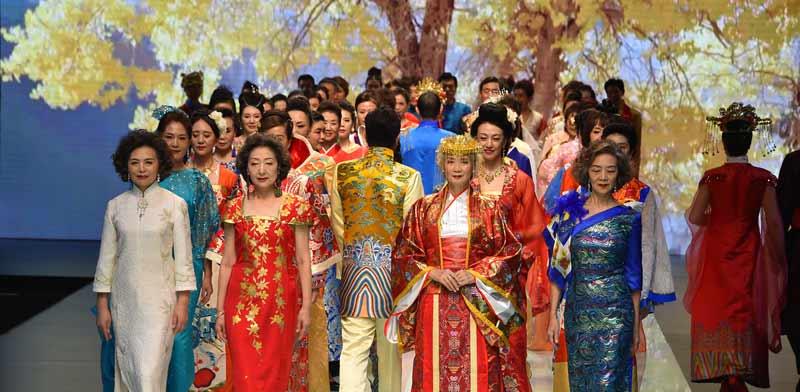 דוגמניות ודוגמנים מבוגרים בתצוגת אופנה בבייג