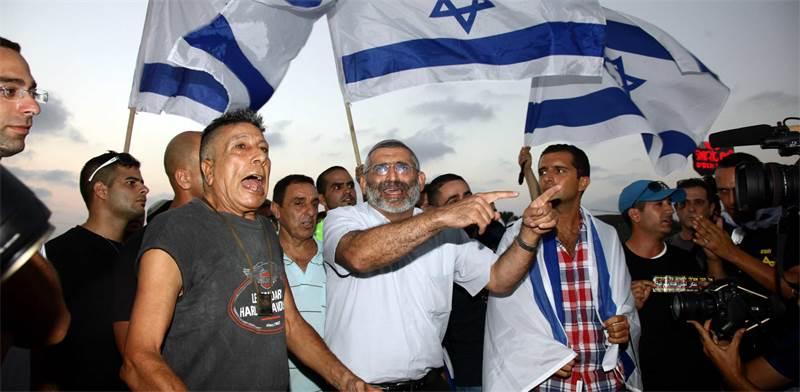 מיכאל בן ארי והפעילים שלו / צילום: אמיר מאירי
