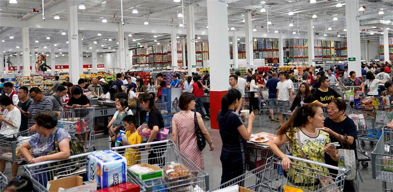 המון אנשים בפתיחת הסניף הראשון של קוסטקו בשנחאי, סין / צילום: Aly Song, רויטרס