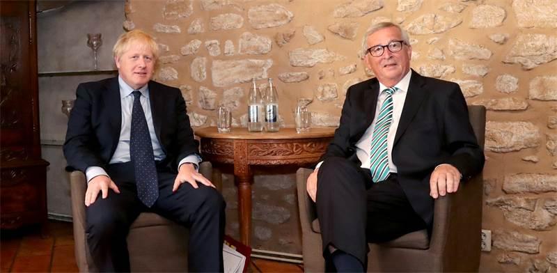 ראש הנציבות האירופית ז'אן-קלוד וראש ממשלת בריטניה בוריס ג'ונסון / צילום: Yves Herman, רויטרס