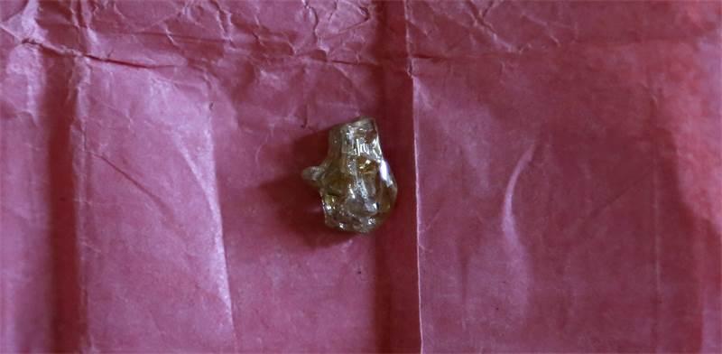 יהלום בצורתו הגולמית מוצג למכירה במרכז אפריקה / צילום: Emmanuel Braun, רויטרס