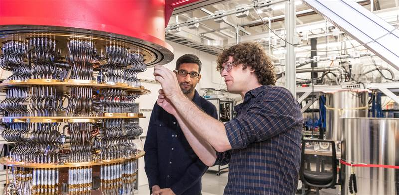 """מנכ""""ל גוגל סונדאר פיצ'אי ואחד החוקרים לצד אחד מהמחשבים הקוונטים של גוגל / צילום: Google, רויטרס"""