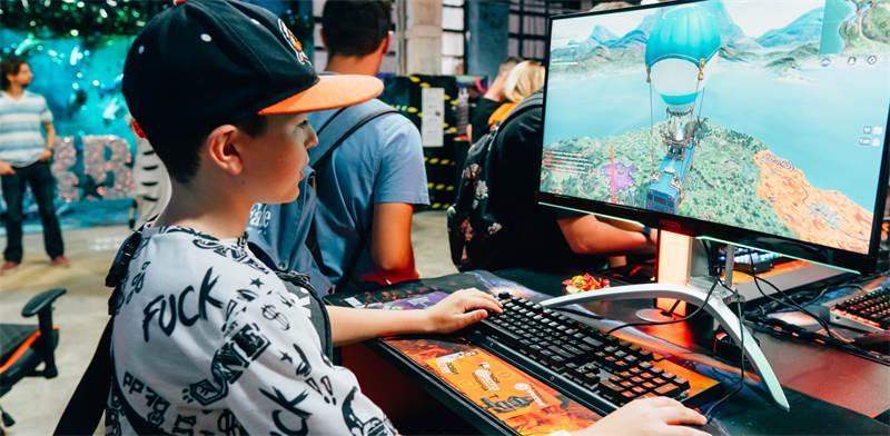 ילד משחק בפורטנייט / צילום: Shutterstock