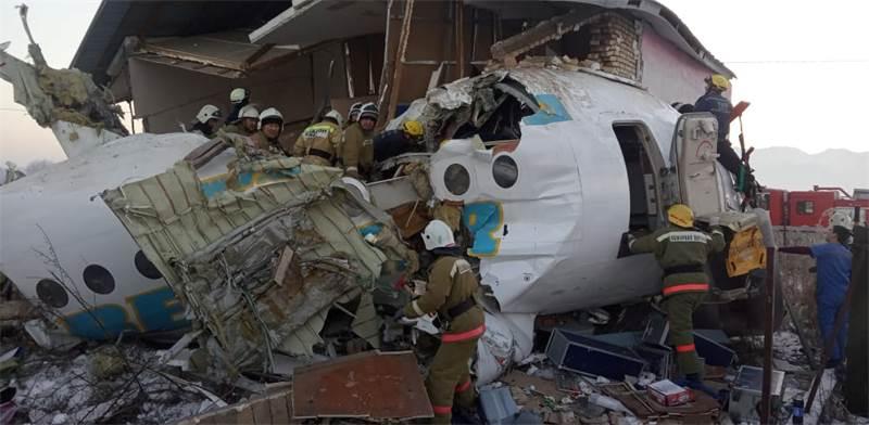 כוחות ההצלה הקזחיים מפנים את הריסות המטוס / צילום: ועדת החירום של משרד הפנים בקזחסטן