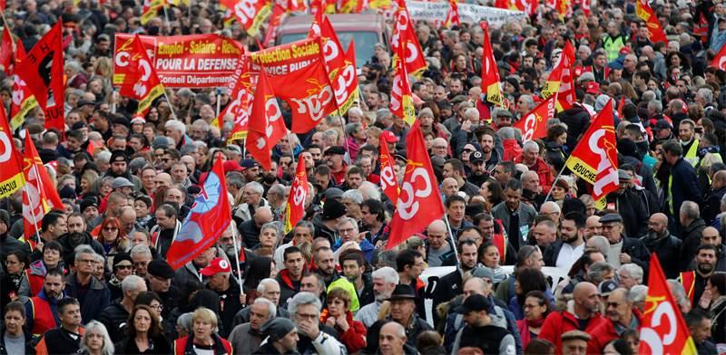 מחאה על תוכנית לצמצם הפנסיה של עובדי חברות ממשלתיות בצרפת היום / צילום: Jean-Paul Pelissier, רויטרס