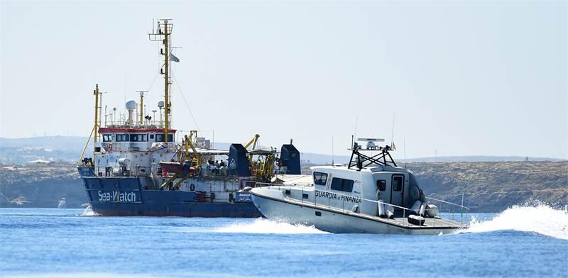 סירת משמר החופים האיטלקי עוצרת ספינת מהגרים / צילום: גוגילמו מנגיאפנה, רויטרס