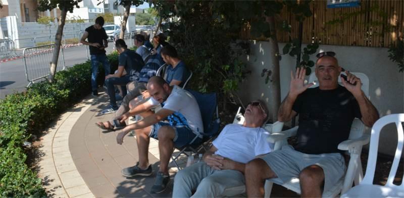 אנשים בתור למכירה  / צילום: גיל ארבל