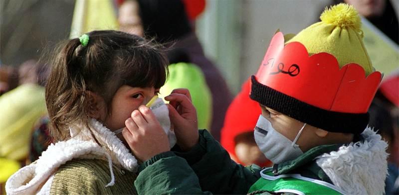 ילדים בטהראן עוטים מסיכות נגד זיהום אוויר / צילום: STR New, רויטרס