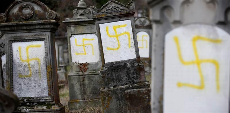 צלבי קרס בבית קברות יהודי / צילום: רויטרס