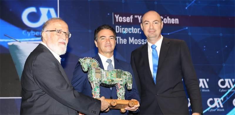 מימין יגאל אונא, ראש מערך הסייבר; ראש המוסד יוסי כהן; ופרופ' איציק בן ישראל, ראש מרכז הסייבר באונ' ת