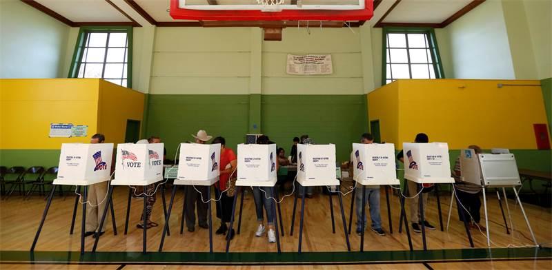 """מצביעיים בבחירות בארה""""ב ב-2016 / צילום: Mario Anzuoni, רויטרס"""