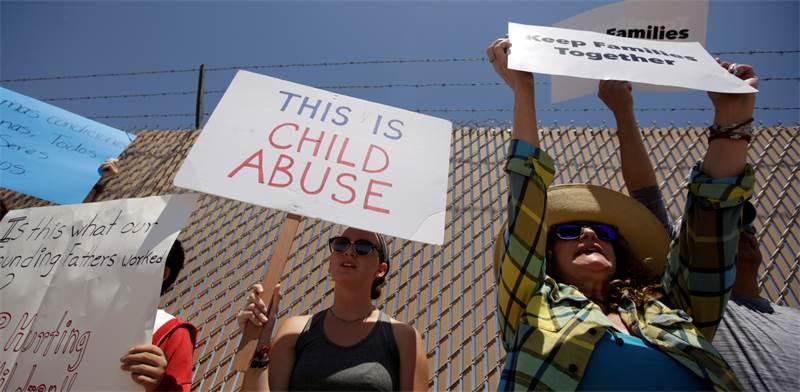 """הפגנות נגד תנאי הכליאה של המהגרים בארה""""ב / צילום: REUTERS/Jose Luis Gonzalez"""