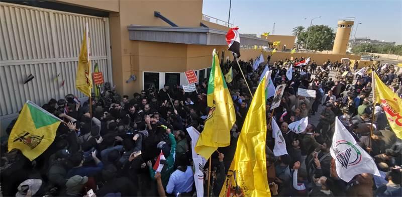 הפגנה מחוץ לבניין השגרירות האמריקאית בבגדד / צילום: THAIER AL-SUDANI, רויטרס