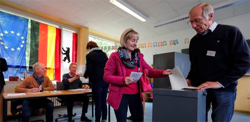 מצביעים לפרלמנט של האיחוד האירופי בברלין / צילום: Fabrizio Bensch, רויטרס