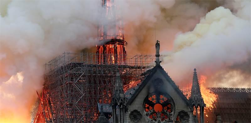 קתדרלת נוטרדאם בפריז עולה באש / צילום: BENOIT TESSIER, רויטרס