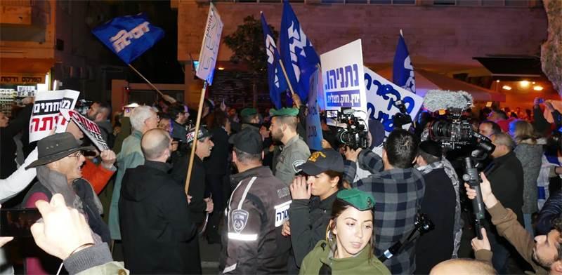 מפגיני השמאל מול מפגיני הימין / צילום: אמיר מאירי