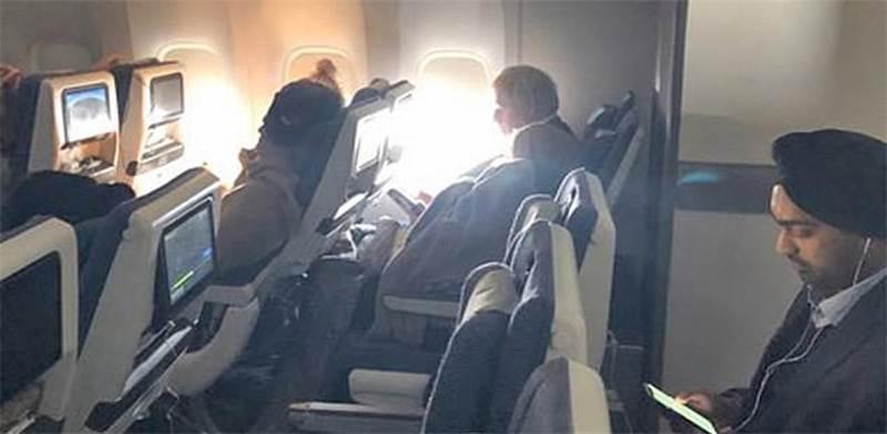 בוריס ג'ונסון טס במחלקת תיירים / צילום: צילום מסך מתוך טוויטר