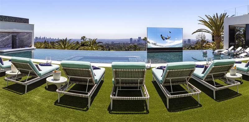 בריכת שחייה עם מסך קולנוע  / צילום: סיימון ברלין