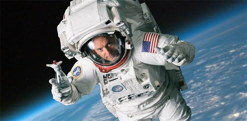 """האסטרונאוט האמריקאי סקוט קלי במתיחה של סודהסטרים לכבוד 1 באפריל / צילום: יח""""צ"""
