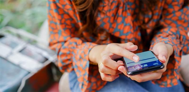 משתמשת בפייסבוק / צילום: שאטרסטוק