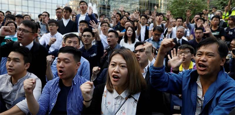 מועמדים פרו-דמוקרטיים לאחר הניצחון בבחירות בהונג קונג / צילום: Adnan Abidi, רויטרס