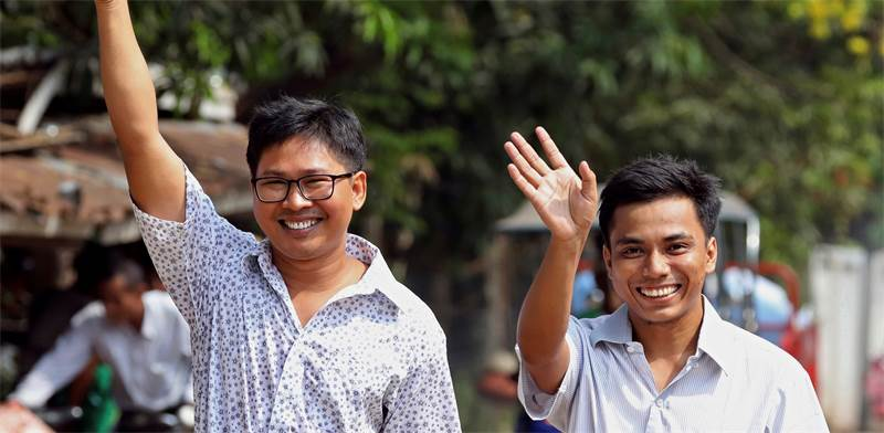 עיתונאי רויטרס ווא לון וקיאוו דו או לאחר שחרורם / צילום: רויטרס