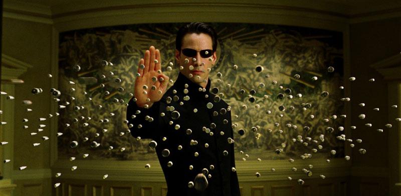 """קיאנו ריבס בתפקיד ניאו בסרט """"מטריקס"""" / צילום: באדיבות yes"""