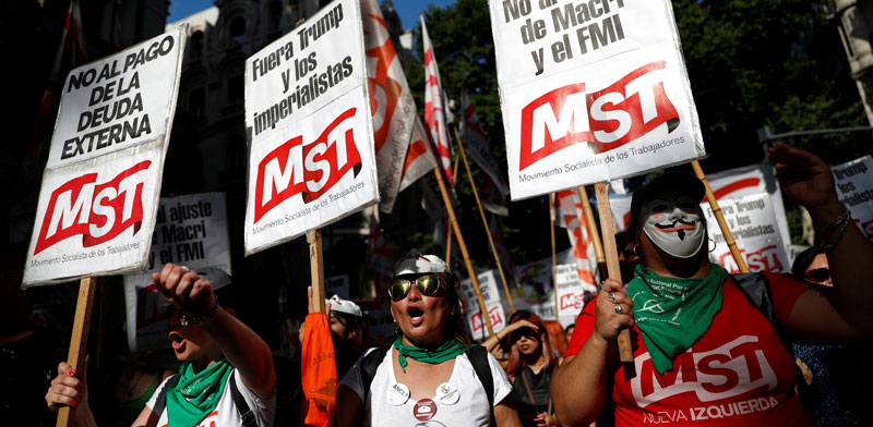 מפגינים בבואנוס איירס נושאים שלטים נגד הנשיא מקרי וקרן המטבע / צילום: רויטרס, CARLOS GARCIA RAWLINS