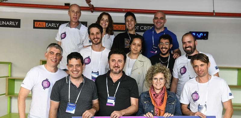 איתן אופנהיים (למעלה משמאל), וגוין סאס דיקן (למטה משמאל), עם הצוות הזוכה  / צילום: עידן גרוס