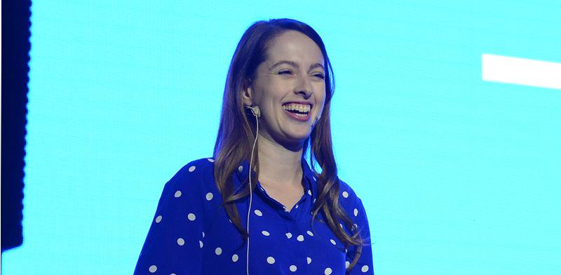"""אניה גאימנסון, סמנכ""""לית בכירה ב-GlassesUSA, בכנס """"עושים שוק"""" / צילום: איל יצהר, גלובס"""