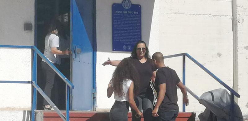 ילדיה של סימונה מורי מקבלים אותה עם שחרורה מבית הכלא / צילום: לואיז גרין