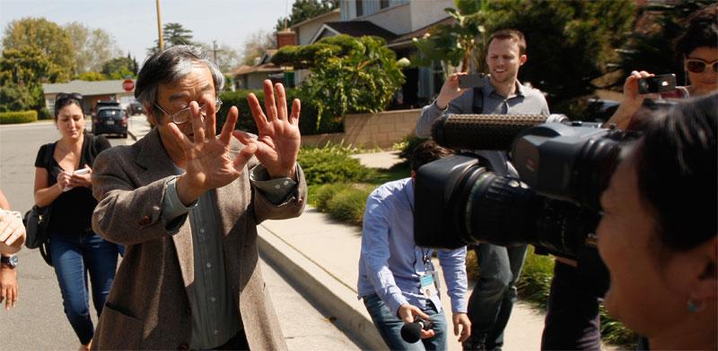 האזרח סטושי נקמוטו, לא זה שהמציא את הביטקוין, נתקל באנשי תקשורת סקרנים / צילום: רויטרס David McNew