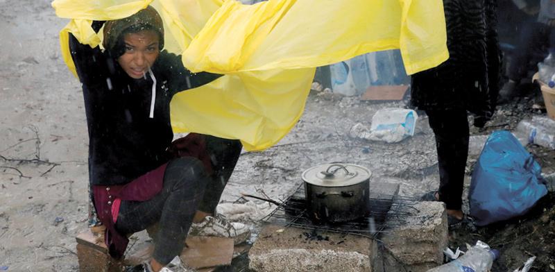 נערה במחנה הפליטים בלסבוס, יוון / צילום: Giorgos Moutafis, רויטרס