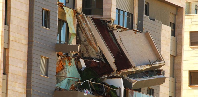 קריסת המרפסת בחדרה / צילום: גיל ארבל