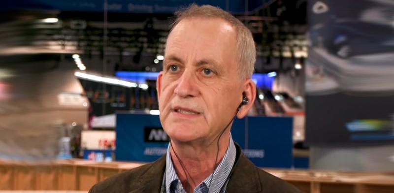אלכס גולדין והאוזניות / צילום מסך מיוטיוב