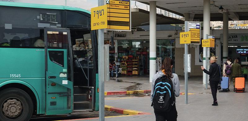תחנת אוטובוס בינעירוני. הירידה החדה ביותר במשרות הפנויות נרשמה בקרב נהגי אוטובוס ומשאיות /  צילום: Shutterstock