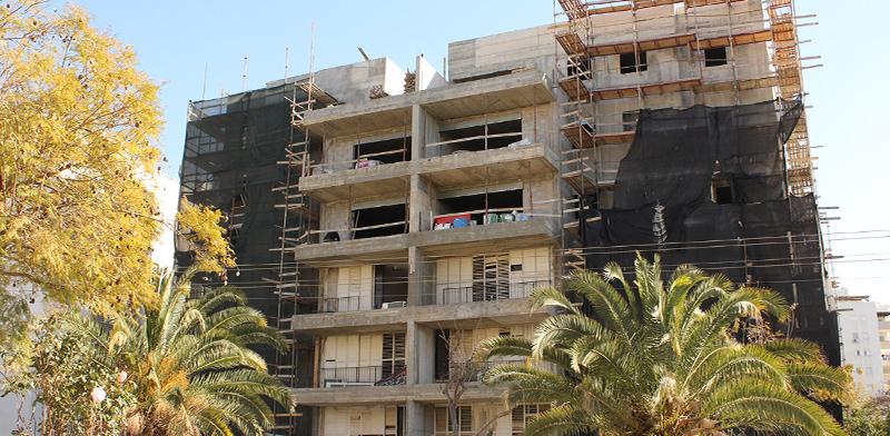 """בניין שרחוב הנשאים בפתח תקוה שעובר חיזוק במסגרת תמ""""א 1\38 / צילום: גיא ליברמן"""