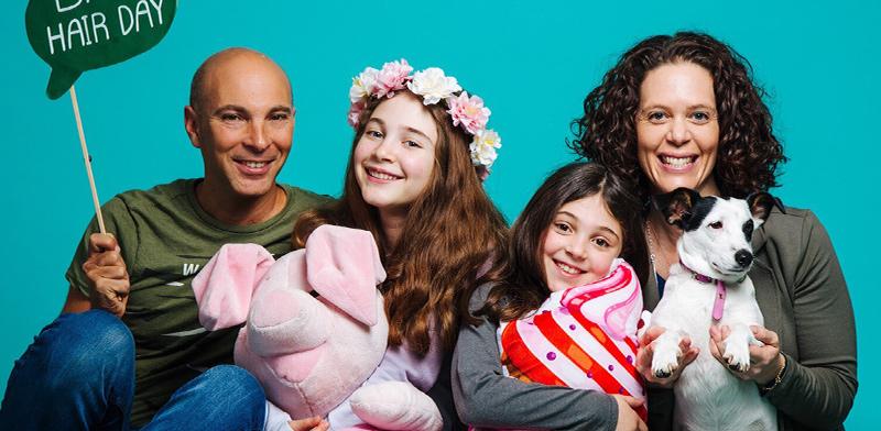 הילה  לוי לויה, מנהלת הפעילות של סיילספורס ישראל, ומשפחתה / צילום: אלבום משפחתי