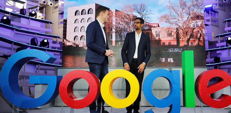 """סונדר פיצ'אי, מנכ""""ל גוגל (מימין) / צילום: רויטרס, HANNIBAL HANSCHKE"""