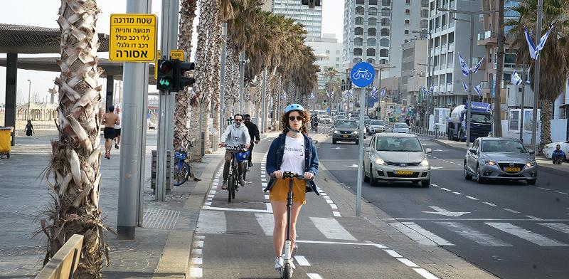 שביל אופניים על טיילת תל-אביב / צילום: איל יצהר