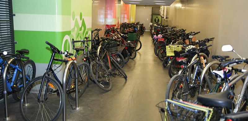 חניון אופניים בבניין משרדים ברמת גן / צילום: כדיה לוי