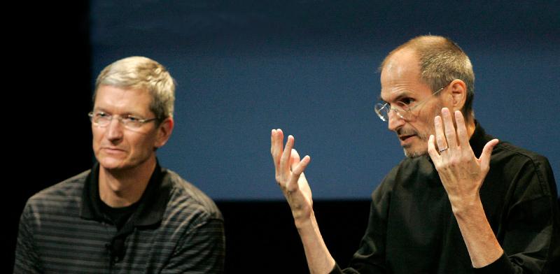 """סטיב ג'ובס (מימין) ומנכ""""ל אפל הנוכחי, טים קוק, ב־2010 / צילום: Kimberly White, רויטרס"""