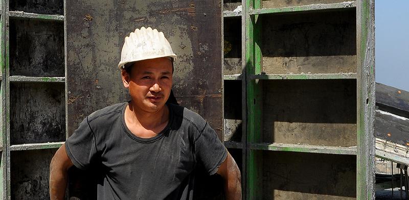 פועל מסין באתר בנייה בישראל / צילום: איל יצהר, גלובס